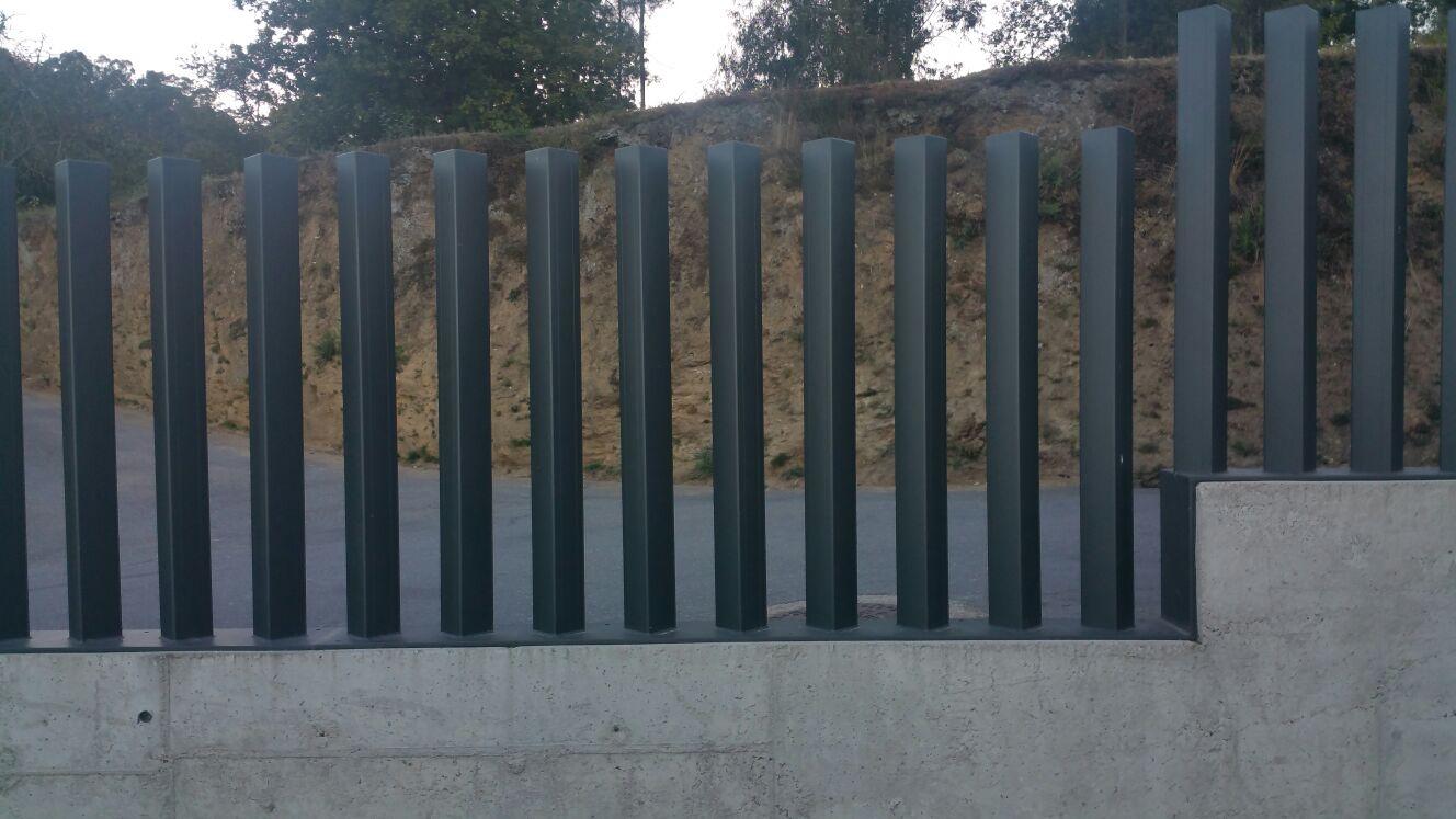 Cierre de aluminio con tubo vertical de 100