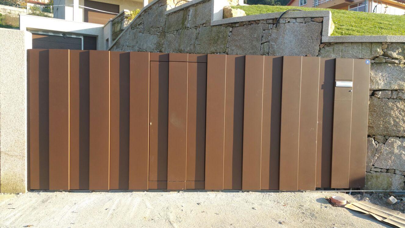 Portal de diseño con puerta inscrita